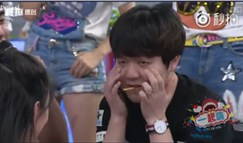 Rookie上王校长的综艺节目 与女嘉宾互含饼干